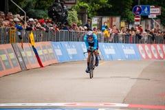 Rovereto Italien Maj 22, 2018: Yrkesmässig cyklist på mållinjen av tidförsöketappen från Trento till Rovereto royaltyfri foto