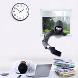 Rovers stealing cellphone in bureau Royalty-vrije Stock Foto