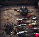 Rovesciando i cucchiaini Immagine Stock