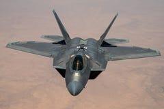 Rovfågel som F-22 är klar för något bränsle arkivbilder