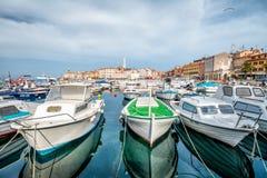 ROVIGNO, CROAZIA - 2 APRILE 2016: Vista panoramica sulla vecchia città Rovigno dal porto Penisola di Istria, Croazia Immagini Stock Libere da Diritti