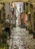 ROVIGNO, CROAZIA, IL 27 SETTEMBRE 2017: persona sconosciuta che cammina su una vecchia via cobbled in Rovigno fotografia stock