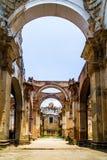 Rovina della chiesa in Antigua - nel Guatemala immagine stock
