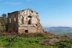 Rovina della fattoria fra il paesaggio rurale Fotografie Stock