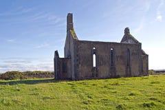 Rovina di una chiesa medievale Immagini Stock