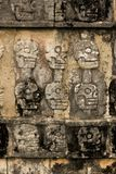 Rovina maya di Chichen Itza - crani Immagine Stock Libera da Diritti