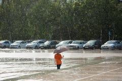 Rovina, pioggia, tempo, disastro naturale, pioggia, bambino, ombrello, ragazzo, bambino Fotografia Stock Libera da Diritti