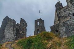 Rovine antiche del castello in una montagna ungherese Somlo fotografie stock libere da diritti