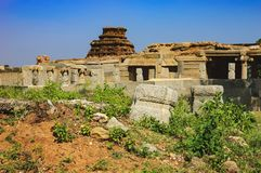 Rovine antiche del punto di riferimento indiano turistico in Hampi fotografia stock libera da diritti