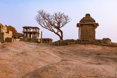 Rovine antiche delle tempie indiane in Hampi, India fotografia stock libera da diritti