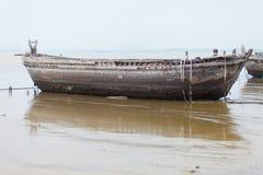 Rovine antiche di grande barca in mare Fotografie Stock
