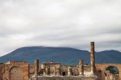 Rovine antiche di Pompei e del vulcano Vesuvio, Italia immagine stock libera da diritti