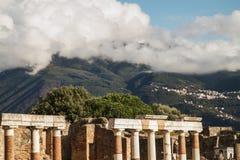 Rovine antiche di Pompei e del vulcano Vesuvio, Italia fotografie stock