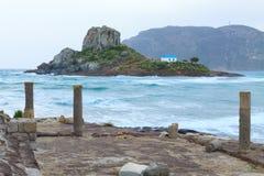 Rovine antiche ed isola di Kastri piccola con la cappella famosa di nozze Fotografia Stock