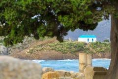 Rovine antiche ed isola di Kastri piccola con la cappella famosa di nozze Fotografie Stock