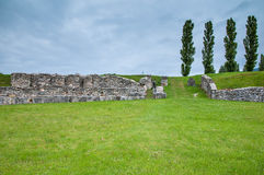 Rovine antiche sul campo verde Immagini Stock