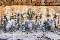 Rovine buddisti antiche di sollievo dello stucco della base di Stupa a Wat Chedi Si Hong nel parco storico di Sukhothai, Tailandi Fotografia Stock Libera da Diritti