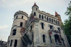 Rovine del castello antico distrutto della proprietà di Khrapovitsky in Muromtsevo, Russia fotografia stock