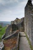 Rovine del castello antico durante il giorno nuvoloso di autunno Fotografia Stock