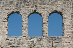 Rovine del castello con tre Windows Fotografie Stock