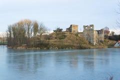 Rovine del castello di Borotin con lo stagno congelato in priorità alta, repubblica Ceca Fotografia Stock Libera da Diritti