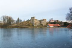 Rovine del castello di Borotin con lo stagno congelato in priorità alta, repubblica Ceca Immagini Stock Libere da Diritti