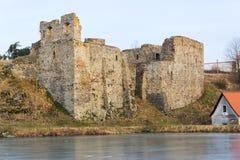 Rovine del castello di Borotin con lo stagno congelato in priorità alta, repubblica Ceca Fotografie Stock