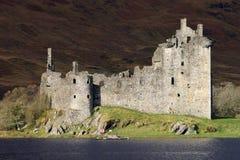 Rovine del castello di Kilchurn da Loch Awe, Scozia. Immagine Stock