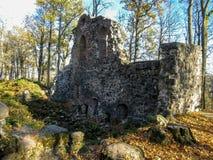 Rovine del castello di Krimulda: piccolo frammento della parete del castello immagine stock libera da diritti