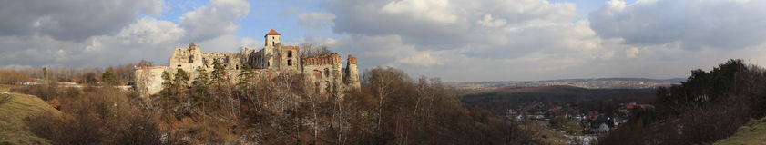 Rovine del castello di Tenczyn in winter.panorama Fotografia Stock
