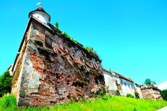 Rovine del castello medievale sulla collina di Cetatuia, nella città Brasov Fotografia Stock Libera da Diritti