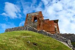Rovine del castello superiore Vilna contro cielo blu luminoso Fotografia Stock