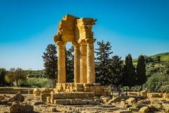 Rovine del tempio della macchina per colata continua e di Pollux con Agrigento nei precedenti fotografia stock
