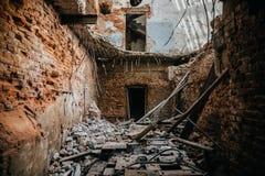 Rovine dell'interno del fabbricato industriale dopo il disastro o guerra o terremoto Soffitto crollato, mazzo di macerie e detrit Fotografia Stock
