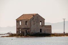 Rovine della casa abbandonata nella laguna di marzo Menor Immagini Stock