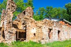 Rovine della chiesa nella fortezza di Koporye Fotografia Stock Libera da Diritti