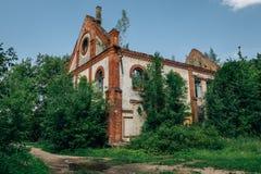 Rovine della chiesa tedesca Pareti rovinate invase fotografie stock libere da diritti