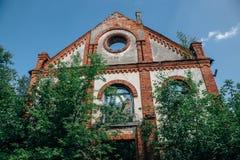 Rovine della chiesa tedesca Pareti rovinate invase fotografia stock libera da diritti