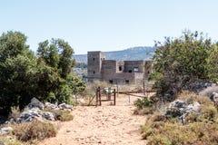 Rovine della costruzione del commissariato di polizia britannico in latta di Ein all'inizio della discesa al fiume di Amud in Isr Fotografia Stock