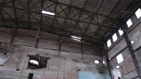 Rovine della costruzione o dei locali distrutti video d archivio