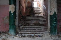 Rovine della fortezza antica: nella priorità alta la parete rosa distrutta e le colonne verdi stagionate, la scala della prateria Fotografia Stock