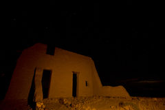 Rovine della fortificazione del Adobe alla notte fotografie stock