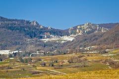 Rovine della fortificazione della montagna di Kalnik vecchie Immagine Stock