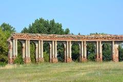 Rovine della galleria fatte del mattone rosso in Ruzhany, Bielorussia fotografia stock libera da diritti