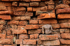 Rovine della statua di Buddha con il fondo del mattone Immagini Stock
