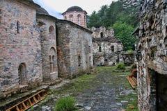 Rovine di Agios Dimitrios Monastery, sotto il supporto Olympos, la Grecia fotografie stock