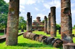 Rovine di Buddha dei detriti antichi della statua e del tempio buddista di Wat Ton Chan nel parco storico di Sukhothai, Tailandia Immagine Stock