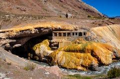 Rovine di Gorgeous Puente del Inca fra il Cile e l'Argentina immagine stock libera da diritti