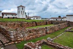 Rovine di inche di Chinchero con la chiesa coloniale, Perù fotografia stock