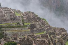 Rovine di Machu Picchu e le montagne in foschia Sudamerica Nessuna gente Immagine Stock Libera da Diritti